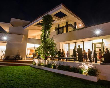 La comediante y tv host Ellen Degeneres estrena casa con su esposa Portia de Rossi.