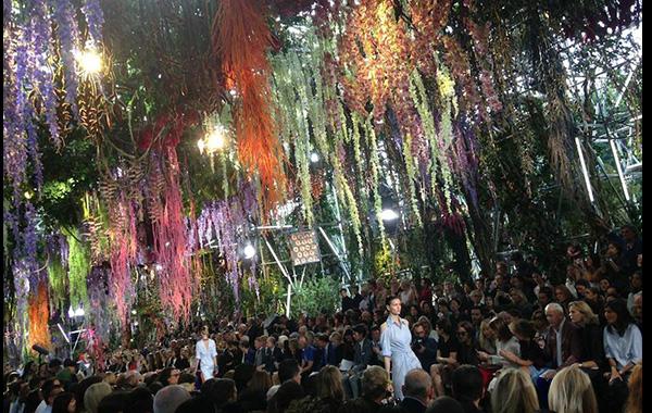 Dior optó por usar la naturaleza, como el prop perfecto.